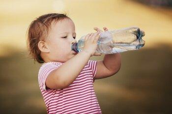 להקפיד לשתות הרבה מים - איך להיות חכם בשמש בלוג מוזיאון הילדים