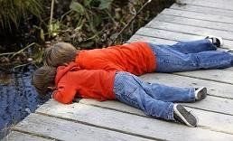 שני אחים שוכבים על דק ומתבוננים למטה