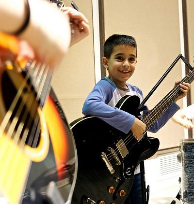 ילד מנגן על גיטרה