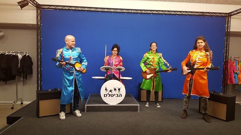 ארבעה אנשים לבושים בתלבושת סרג'נט פפר