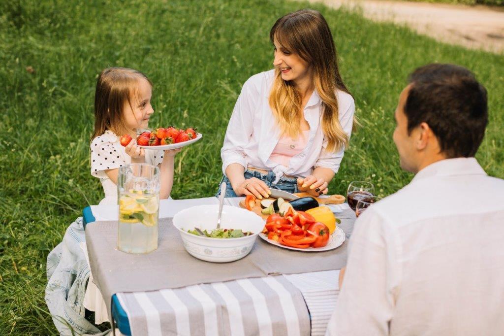 ילדה עם הורים בגינה