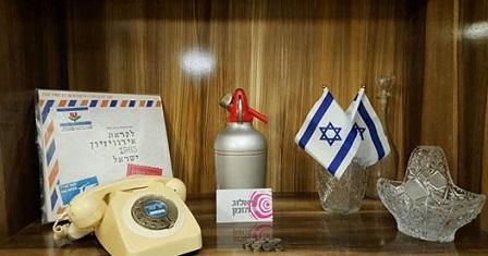 חפצים על מדף - סיפולוקס, כלי קריסטל , מפיות, טלפון חוגה