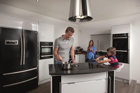 אבא אמא וילד במטבח