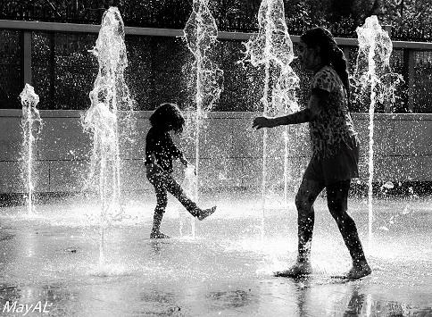ילד ומבוגר במזרקות מים