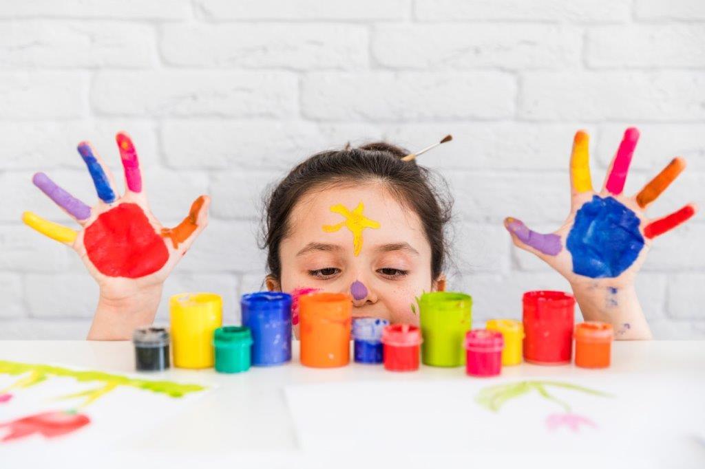 ילדה עם צבעים