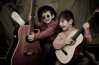 שני ילדים עם גיטרות