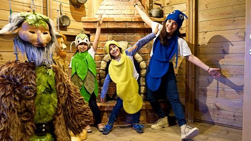 שני ילדים בתלבושת זחל עם מדריכה