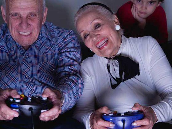 גבר ואישה זקנים משחקים בסוני