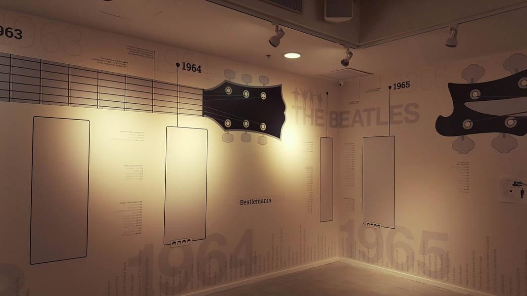 אולם כניסה לתערוכת הביטלס במוזיאון