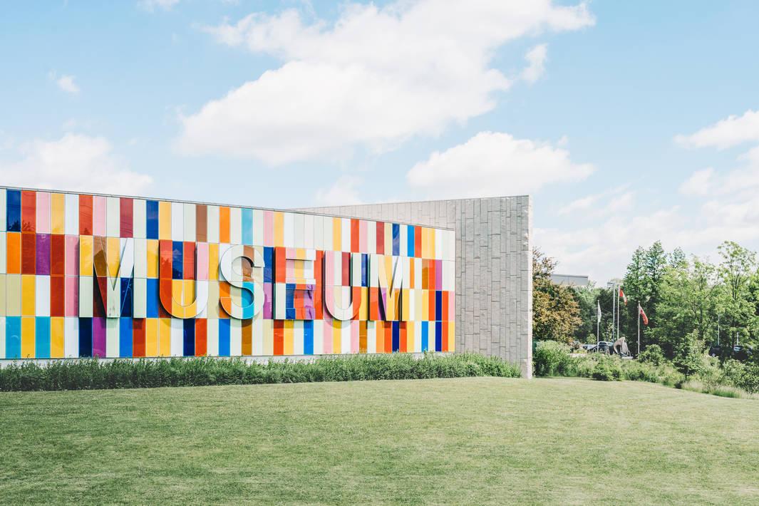 כניסה צבעונית למוזיאון