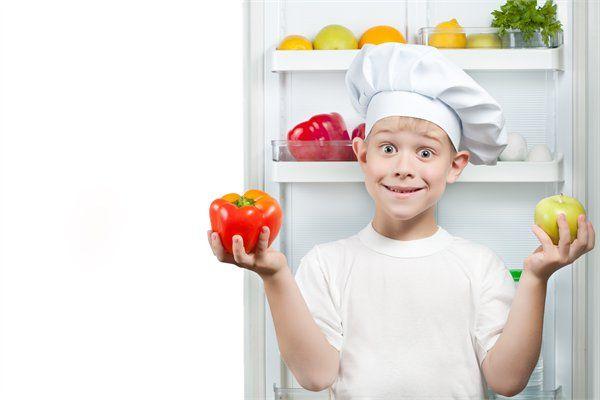 לתת לילד אחריות - ילד עם כובע של טבח עוזר להורים לבשל