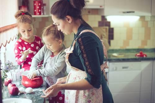 אמא וילדות מבשלות יחד