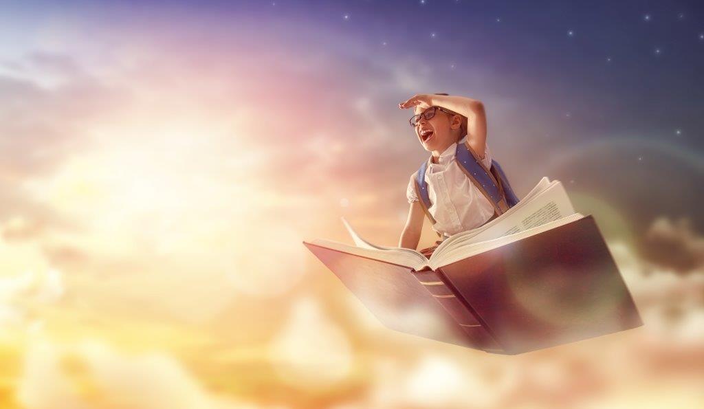 ילד עף בשמיים על גבי ספר גדול