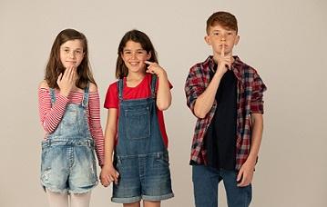 שלושה ילדים מסמנים