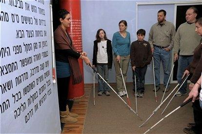 דיאלוג בחשיכה מודרך על ידי מדריכים עיוורים